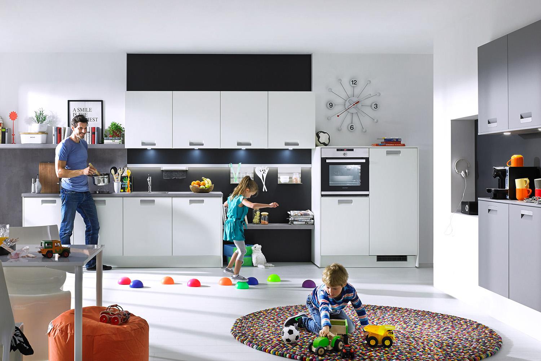 Kinder in der modernen Classic-Küche