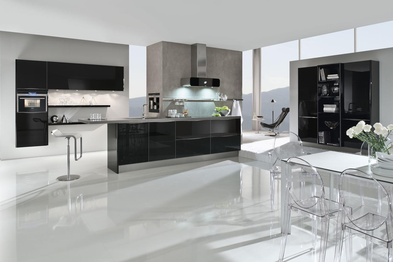Designerküche aus Glas mit schwarzen Fronten