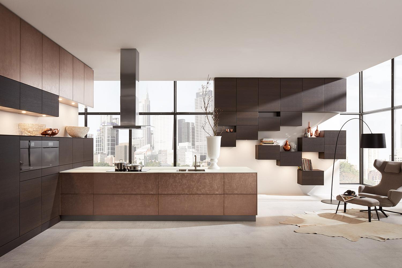 Offene Holzküche in T-Form von Landhausküchen
