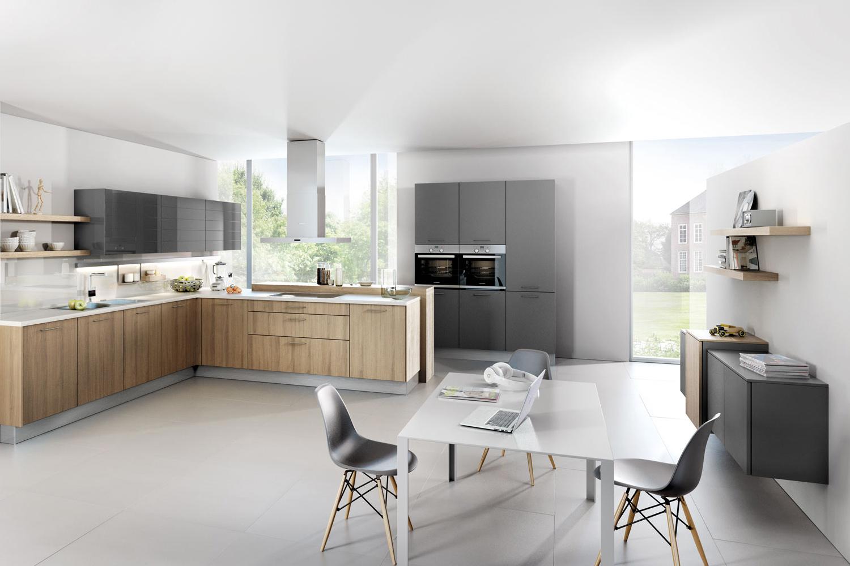 Offene L-Küche mit Fronten aus Holz